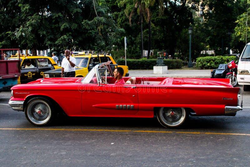 Voiture rouge au Cuba photographie stock libre de droits