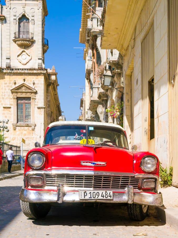 Voiture rouge de vintage sur une rue étroite à vieille La Havane photos libres de droits