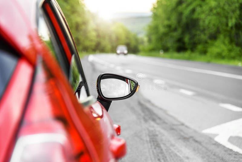 Voiture rouge sur la route photo stock