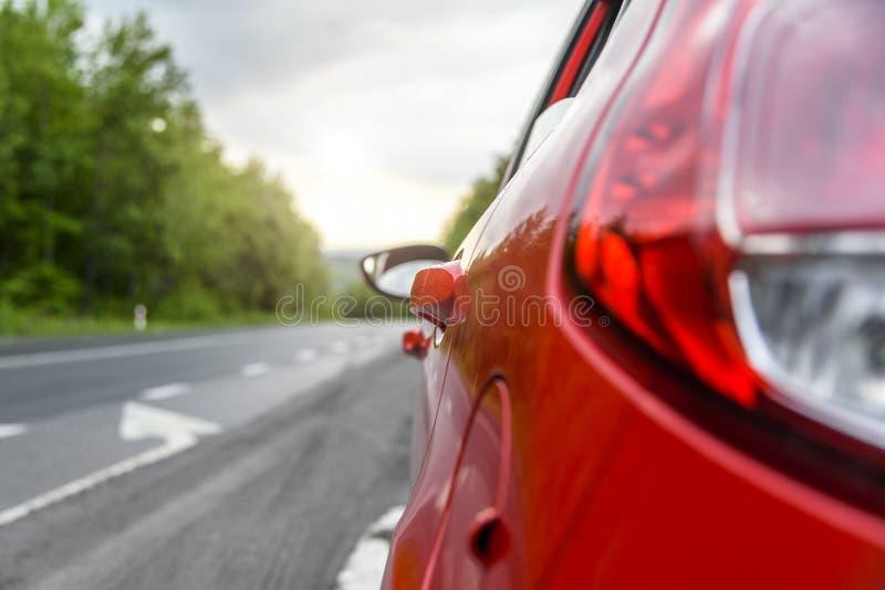 Voiture rouge sur la route images stock