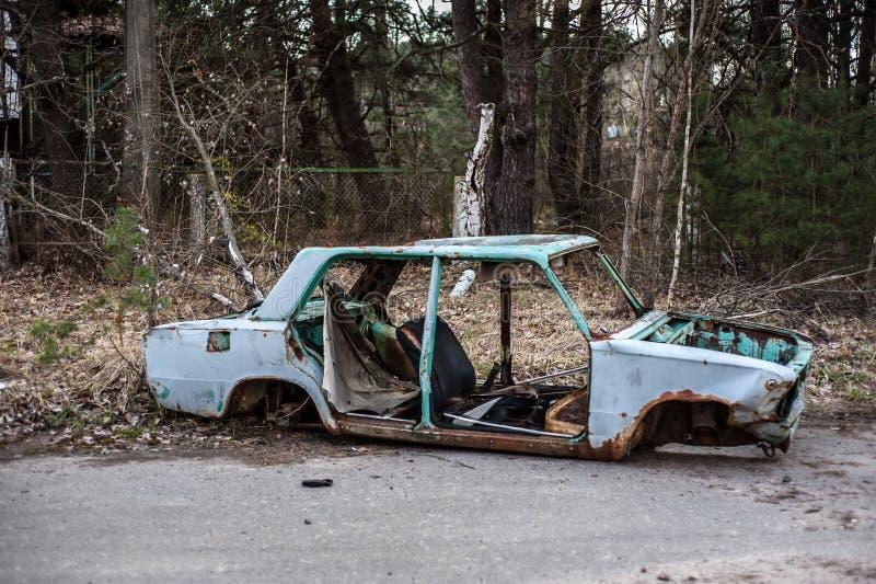 Voiture rouillée et abandonnée dans la zone d'exclusion de Chernobyl image stock