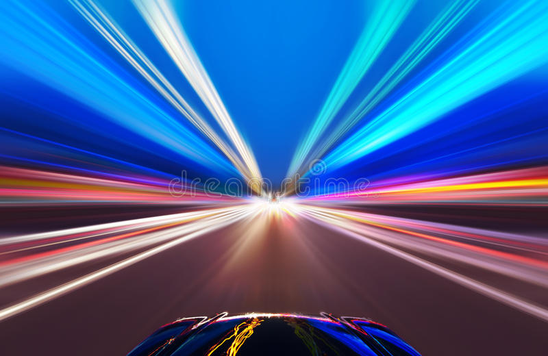 Voiture sur la route avec le fond de tache floue de mouvement photographie stock