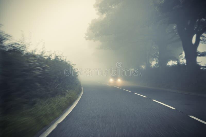 Performances de nos suspensions AR. Voiture-sur-la-route-dans-le-brouillard-autumn-landscape-78844595