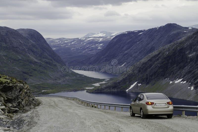 Voiture sur la route de montagne photo libre de droits