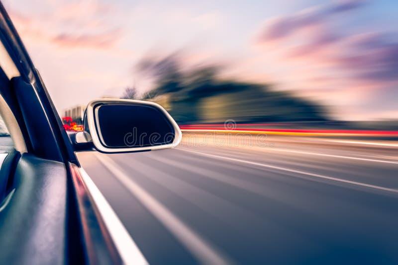 Voiture sur le fond de tache floue de mouvement de petit morceau de route photographie stock