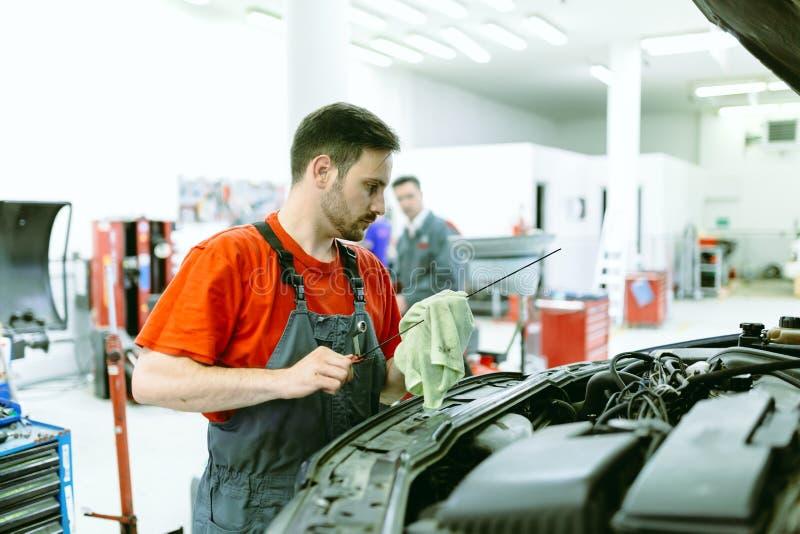 Voiture upkeeping de mécanicien de voiture photographie stock libre de droits