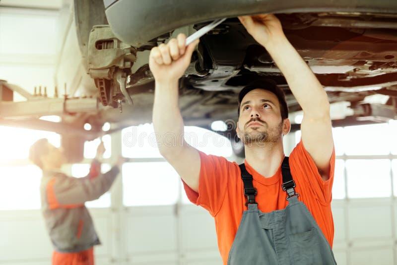 Voiture upkeeping de mécanicien de voiture photographie stock