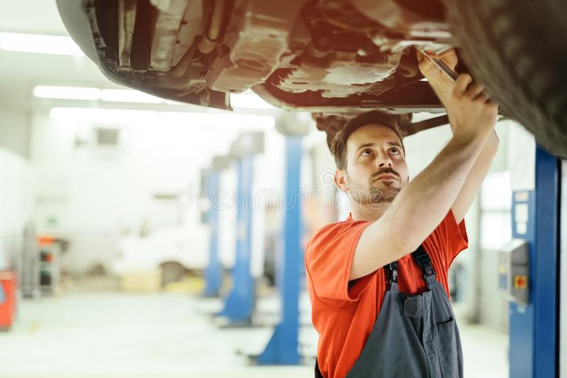 Voiture upkeeping de mécanicien de voiture photos libres de droits