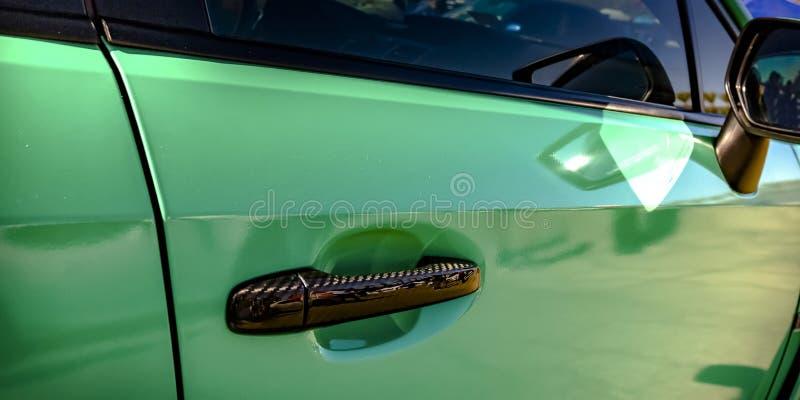 Voiture verte avec le miroir en bronze de poignée et de côté image stock