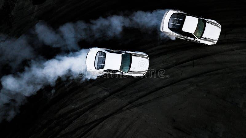 Voitures aériennes de la vue supérieure deux dérivant la bataille sur la voie de course, deux voitures photographie stock libre de droits