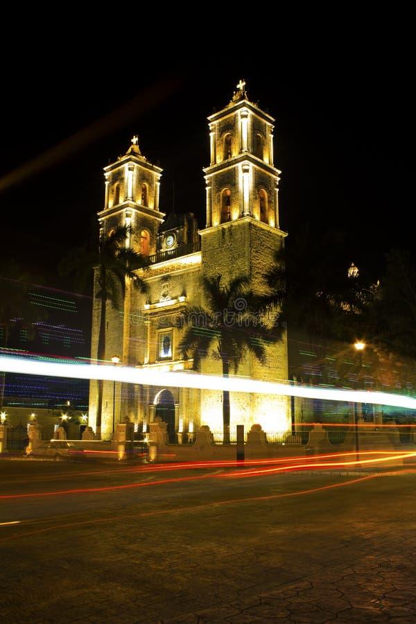 Voitures allant par la cathédrale de San Gervasio à Valladolid, Mexique photo libre de droits