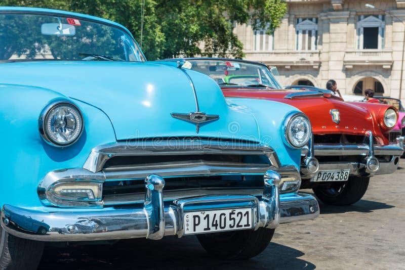 Voitures américaines classiques colorées à La Havane photos libres de droits