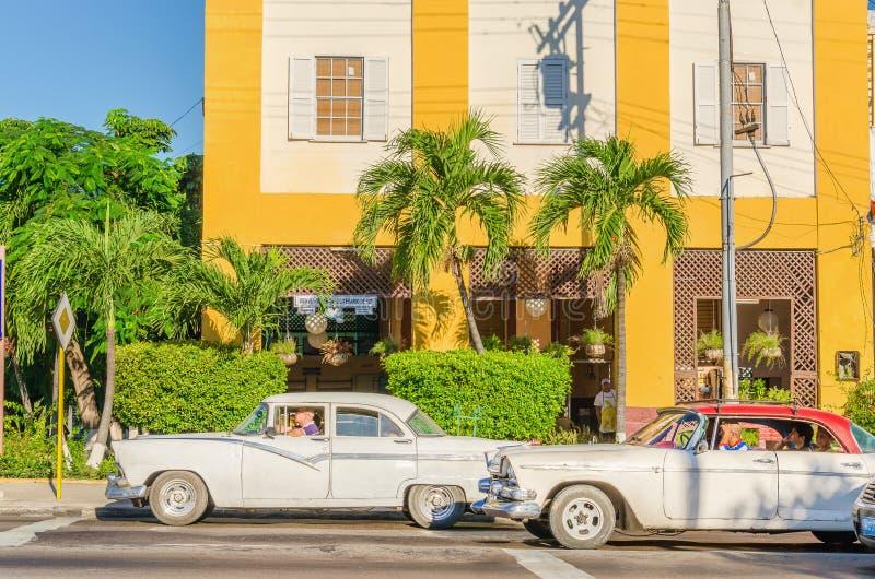 Voitures américaines classiques sur la rue à La Havane, Cuba photos libres de droits