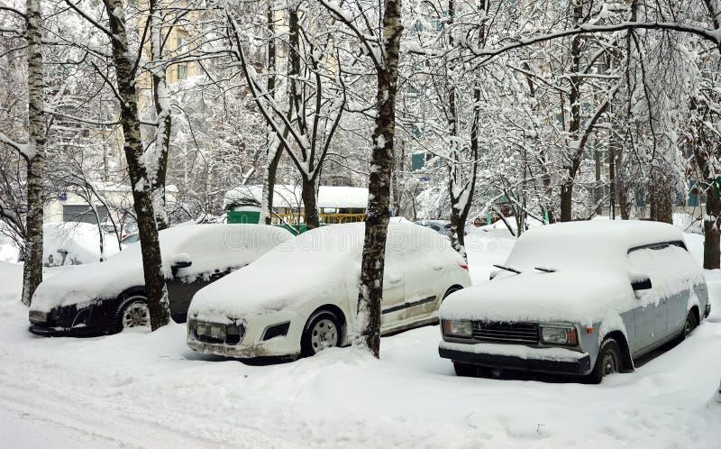 Voitures après des chutes de neige, sous une couche de neige images libres de droits