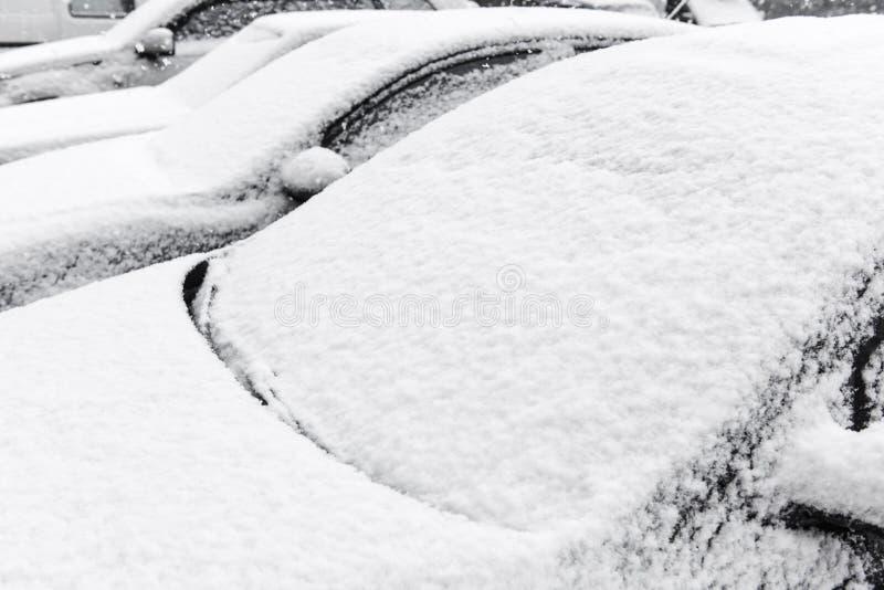Voitures au stationnement couvert par fin de neige  image libre de droits