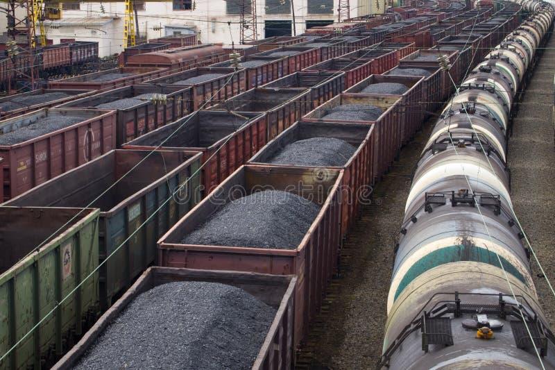 Voitures avec du charbon et le pétrole de la station image stock