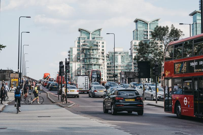 Voitures, bus et cyclistes sur le pont de Vauxhall à Londres, Royaume-Uni, aux heures de pointe image stock