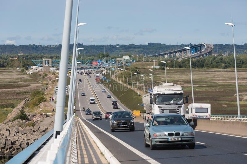 Voitures chez Pont de Normandie, pont près du Havre france image stock