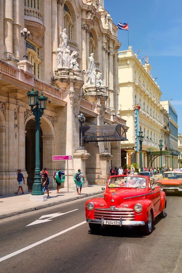 Voitures classiques à côté du grand théâtre et des hôtels célèbres à vieille La Havane photographie stock libre de droits