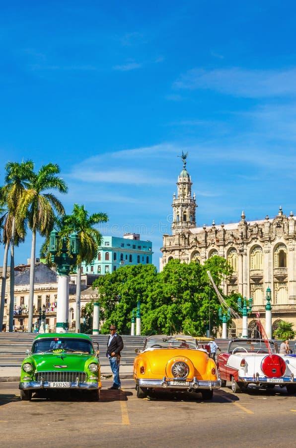 Voitures colorées américaines classiques à La Havane, Cuba image libre de droits