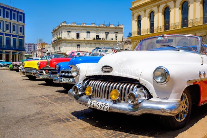 Voitures colorées de vintage à La Havane du centre image libre de droits
