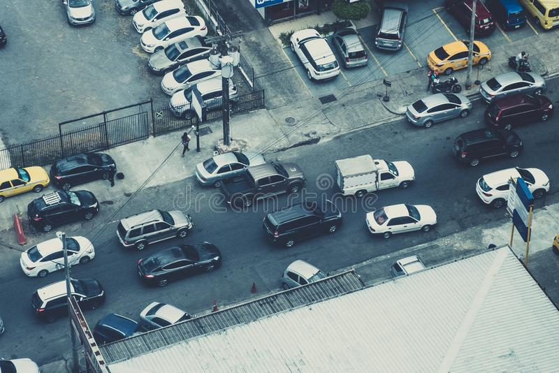 Voitures dans la circulation urbaine de ci-dessus - antenne de ville - image libre de droits