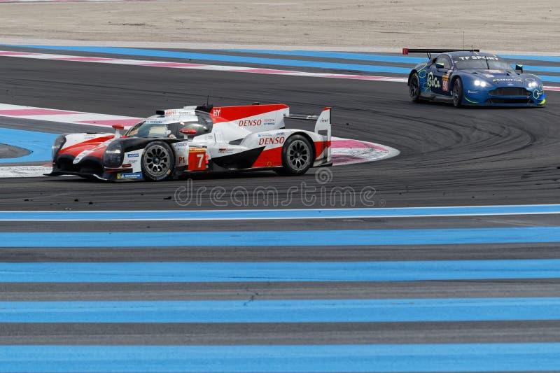 Voitures de course de Toyota et d'Aston Martin photographie stock libre de droits