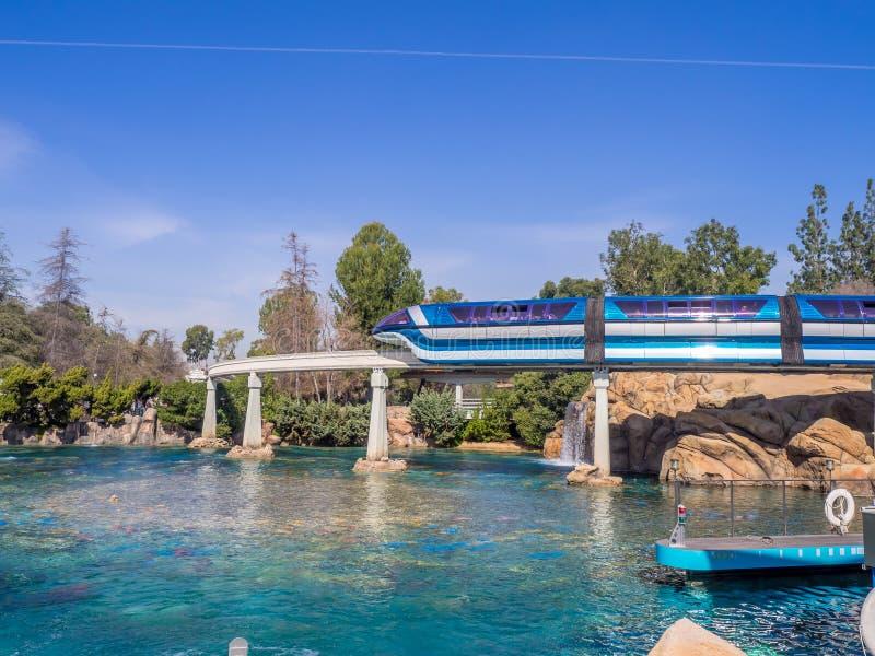 Voitures de monorail, Disneyland la Californie image libre de droits