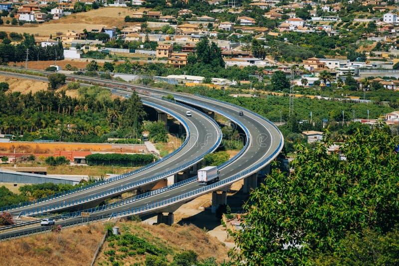 Voitures de mouvement sur l'autoroute en Espagne, l'Europe photo libre de droits