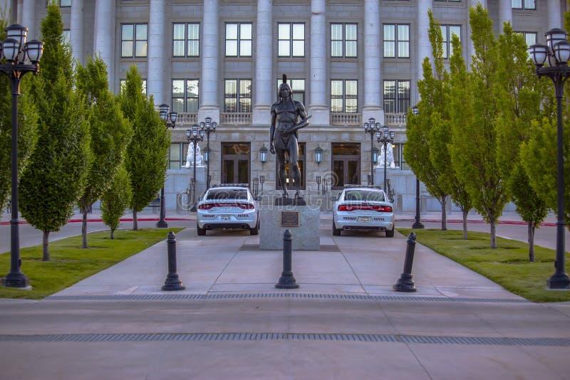 Voitures de police garées en dehors de la capitale de l'État de l'Utah photo stock