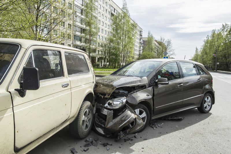 Voitures des accidents deux le matin tôt de ressort images stock