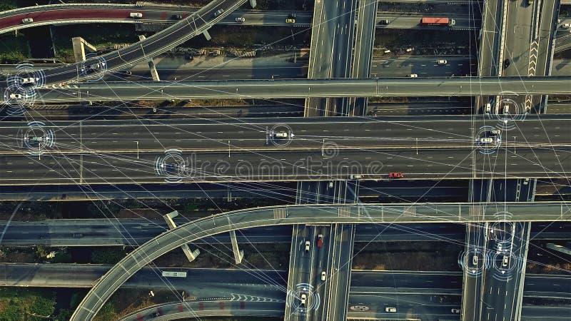 Voitures Driverless autonomes futuristes sur l'autoroute urbaine élevée photos libres de droits