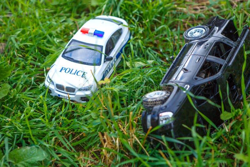 Voitures du ` s d'enfants sur la police et la jeep d'herbe image stock