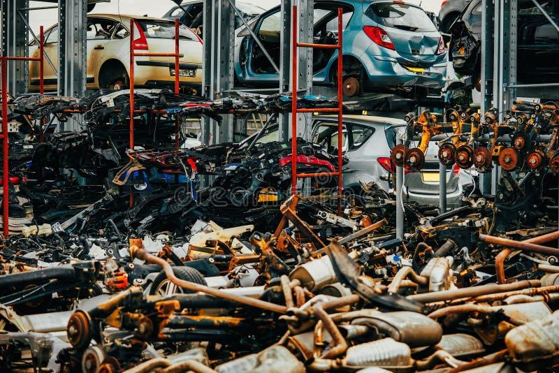 Voitures endommagées attendant dans un chantier de ferraille à réutiliser ou être employé pour s photo stock