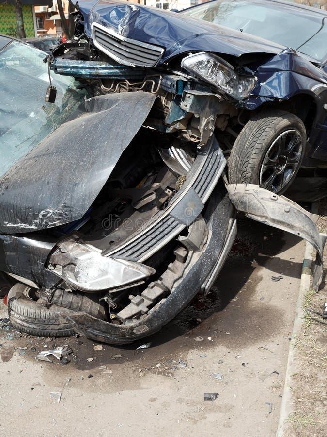 Voitures endommagées pendant l'accident de la route photos stock