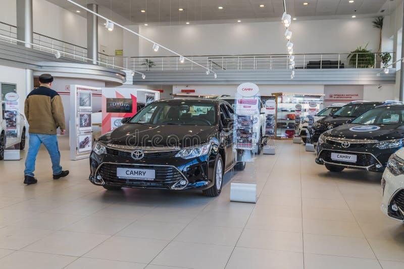 Voitures et client dans la salle d'exposition du concessionnaire Toyota dans Nizhny Novgorodcity en 2018 images libres de droits