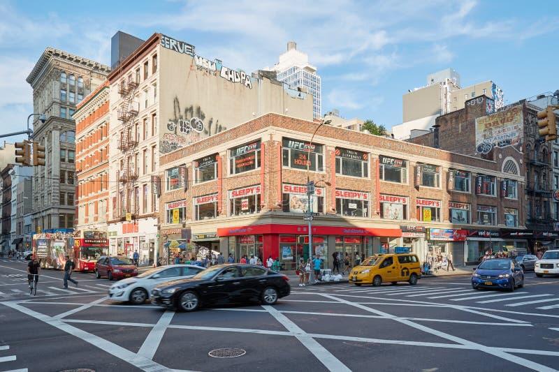 Voitures et les gens passant dans le Canal Street à New York photographie stock