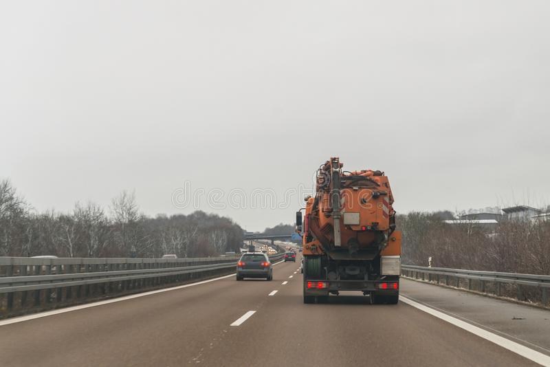 Voitures et véhicule de but spécial pour l'élimination des déchets humide sur une autoroute, Allemagne photographie stock libre de droits
