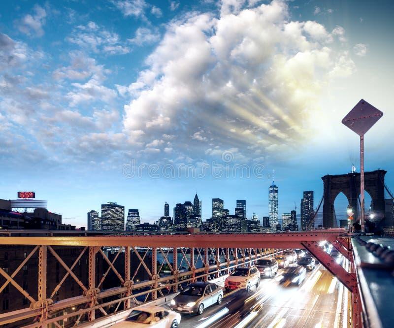 Voitures expédiantes sur le pont de Brooklyn, New York City Vie urbaine images libres de droits