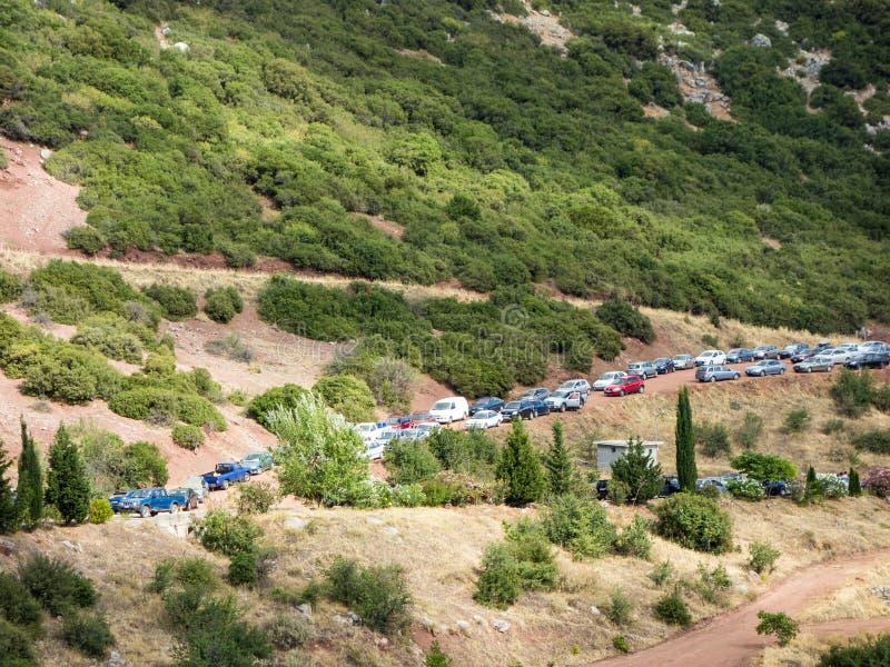 Voitures garées sur le chemin de terre de montagne image libre de droits
