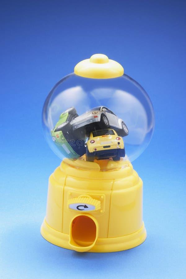 Voitures miniatures dans la machine de Bubblegum photos libres de droits