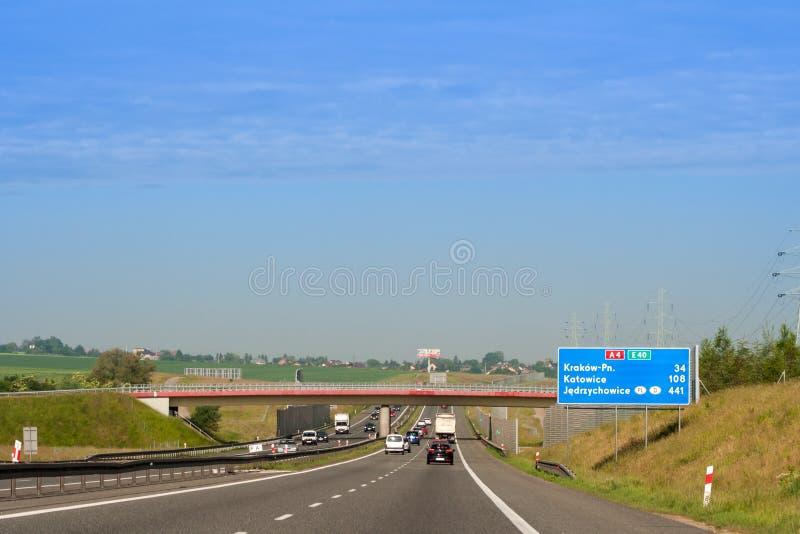 Voitures passant l'autoroute polonaise photo libre de droits