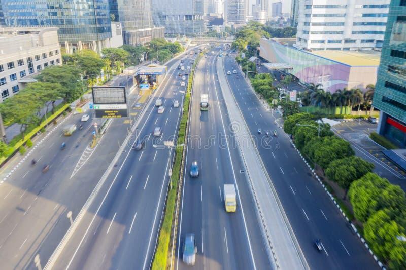 Voitures passant par la route avec le mouvement rapide photographie stock