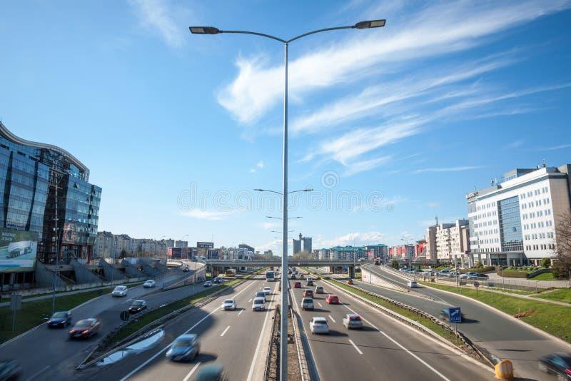 Voitures passant par sur l'autoroute allant par Belgrade, Novi Beograd, pendant l'heure de pointe photos libres de droits