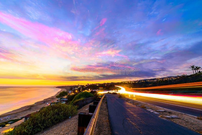 Voitures roulant par la plage de Newport, CA image libre de droits