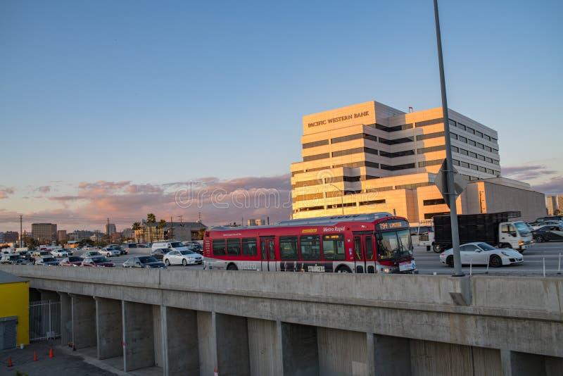 Voitures sur l'autoroute 405 encombrée à Los Angeles photos libres de droits