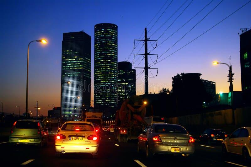 Voitures sur la route dans une ville pendant la baisse images stock