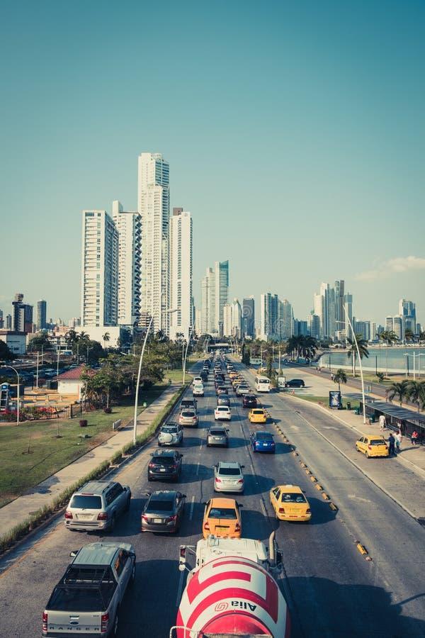 Voitures sur la route, le trafic d'heure de pointe au centre de Panamá City photographie stock libre de droits