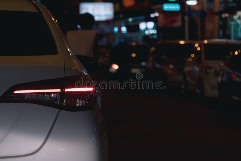 Voitures sur la route la nuit photo stock