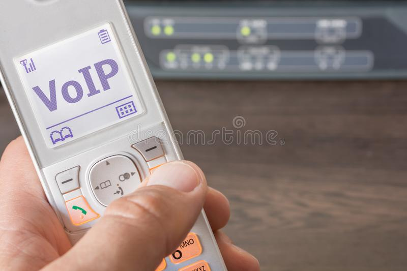 Voix au-dessus d'IP comme future norme pour la télécommunication sur un écran de téléphone images libres de droits